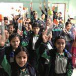 Menschenfreude Nepal Trinkflaschen an Kinder