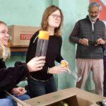 Menschenfreude Trinkwasser Verteilung Flaschen